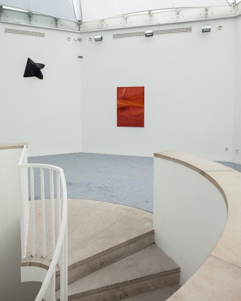 Ausstellungsansicht Melanie Dorfer: Deformiert (2018) und Plakat E (2019); Foto: Benjamin Knoblauch
