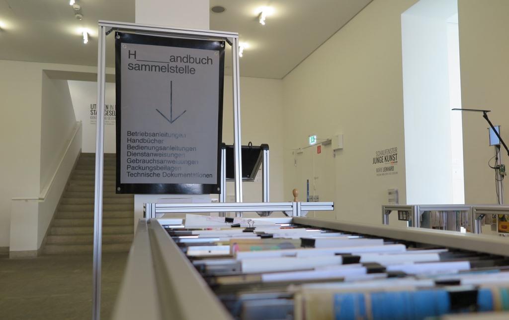 Ausstellungsansicht Verlag für Handbücher: Sicheres Arbeiten (2019); Foto: Paul Ambros